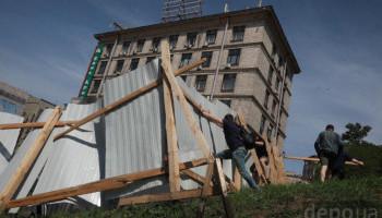 Националисты снесли забор вокруг будущего строительства на Институтской (фото, видео)