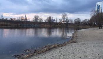 Жители Осокорков жалуются, что под видом расчистки озера Подборная готовят место для новой застройки на берегу