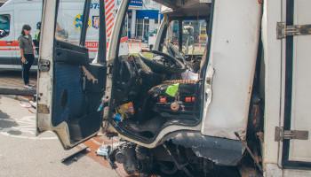 На бульваре Дружбы народов в Киеве произошло серьезное ДТП из-за отказа тормозов у грузовика (фото, видео)