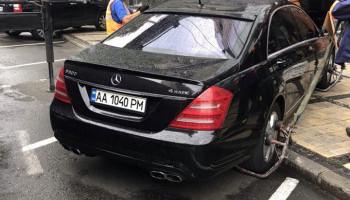 За сутки с бульвара Шевченко в Киеве эвакуировано 19 автомобилей за нарушение правил парковки (фото)