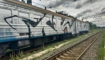 В Киеве мужчину ударило током при попытке перелезть через поезд