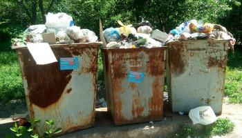 Подземные мусорные баки два года назад торжественно открытые киевскими властями на улице Туполева не функционируют