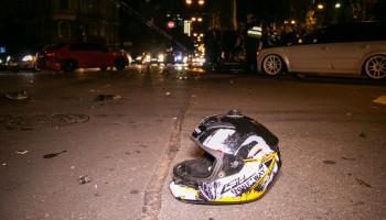 В центре Киева в результате ДТП серьезно пострадал водитель гоночного мотоцикла (фото, видео)