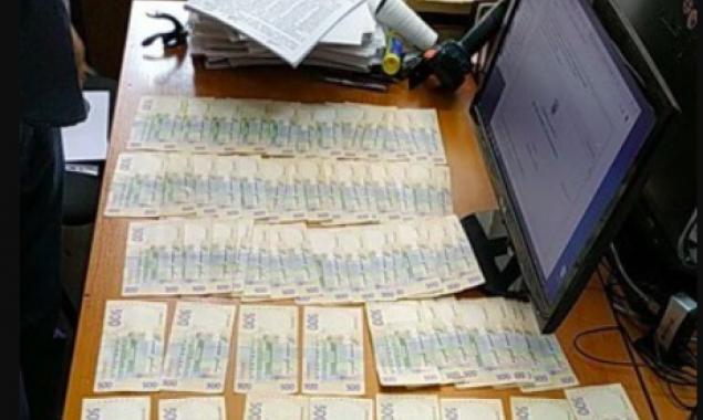 Полицейский следователь задержан в Киеве при получении взятки в 35 тысяч гривен