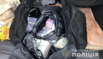 В Киеве мошенника разоблачили при обмене 15 тысяч долларов на фальшивые гривны (фото, видео)