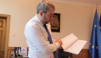 Губернатор Бно-Айриан обязал администрацию почти все закупать публично