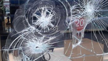 Неизвестные разбили витрину магазина в центре Киева (фото, видео)