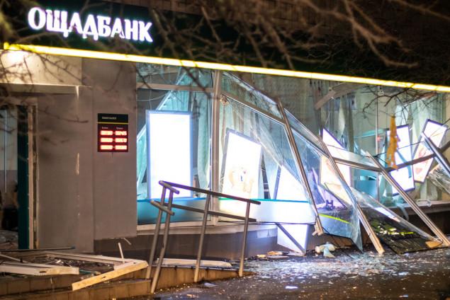 Ночью на Русановке неизвестные взорвали и ограбили отделение Ощадбанка (фото, видео)