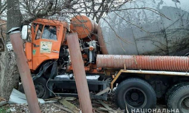 """На Киевщине """"КамАЗ"""" врезался в дерево на частном дворе, водитель погиб (фото)"""