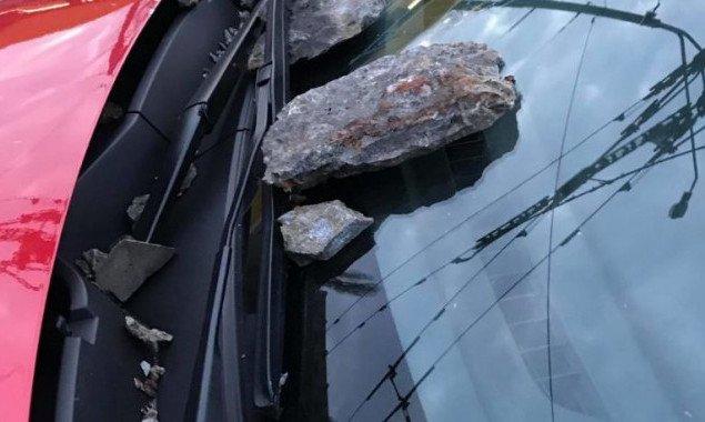 В Киеве отвалившиеся с Дегтяревского моста куски разбили автомобиль (фото)