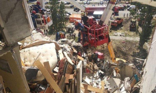 Жильцы пострадавшего от взрыва дома на Позняках показали установленные накануне газовщиками временные заглушки (фото)