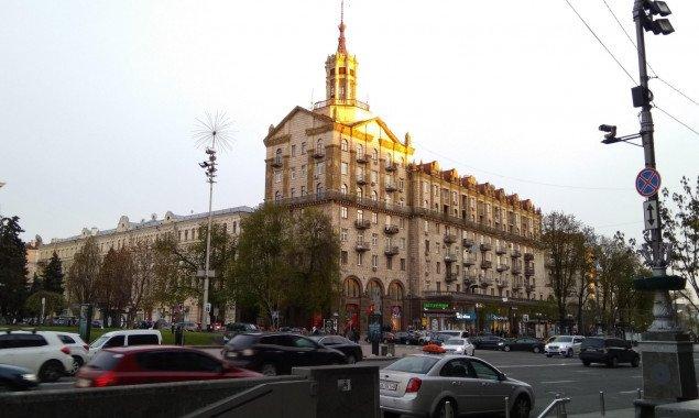 Главу Печерской РГА просят отремонтировать крышу памятника архитектуры на Крещатике