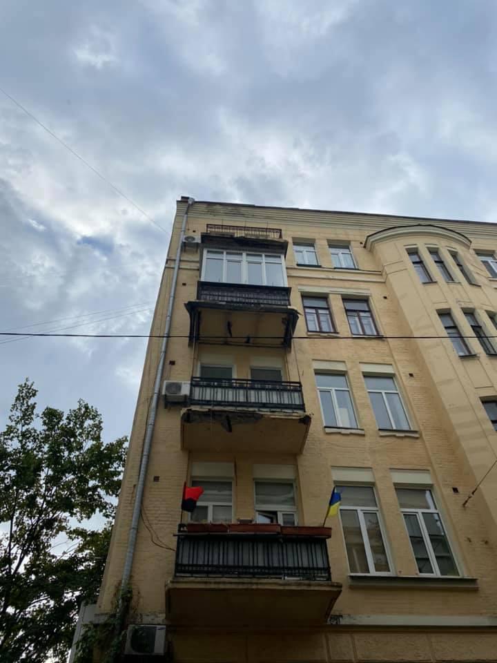 В центре Киева отколовшийся от балкона бетон повредил автомобиль