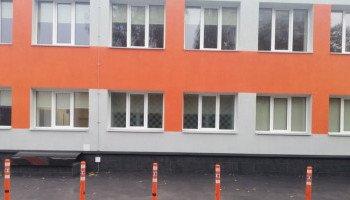 Коммунальщики установили делиниаторы у отделения скорой помощи в Святошинском районе