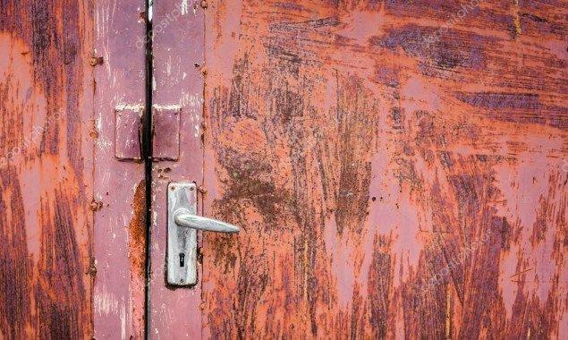 Коммунальщики с прошлого года не могут заменить двери в подвал дома на столичной Оболони