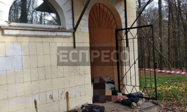 В общественной уборной Голосеевского парка обнаружили полураздетый труп девушки