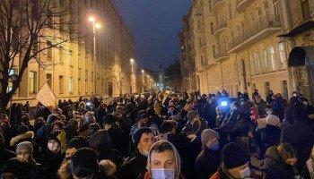 Под Офисом президента на акции в поддержку Стерненко произошли столкновения протестующих с правоохранителями (фото, видео)