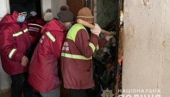 Столичные полицейские и коммунальщики в ходе рейда по захламленным квартирами вывезли 20 т мусора (фото, видео)