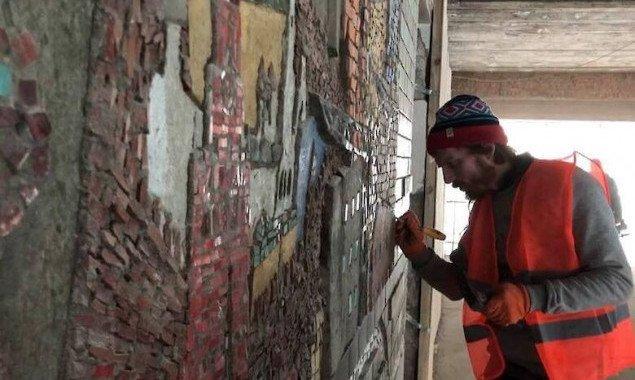 Специалисты восстанавливают мозаику на Центральном автовокзале Киева (фото, видео)