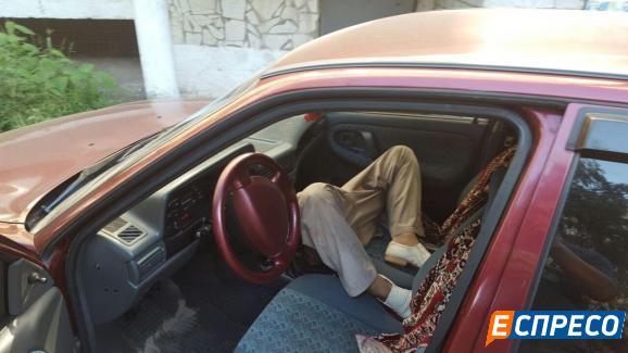 ВКиеве отыскали мертвого мужчину вприпаркованном удома авто