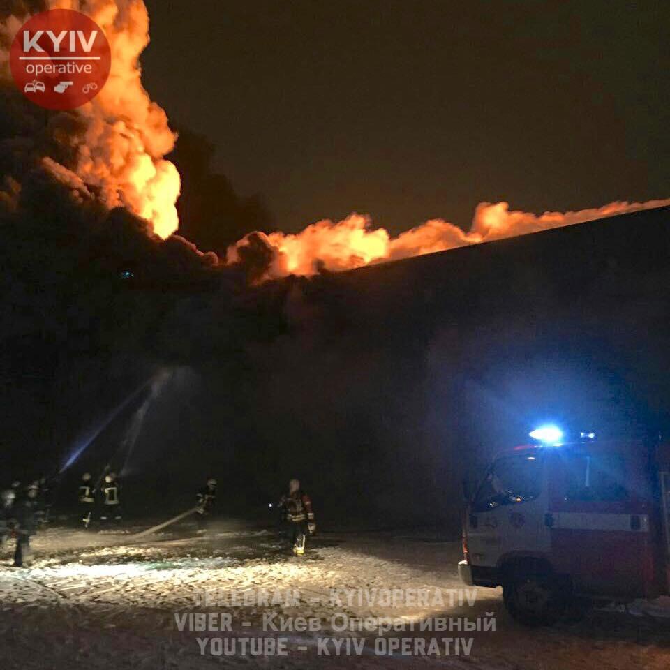 ВКиеве произошел масштабный пожар: появились впечатляющие фото